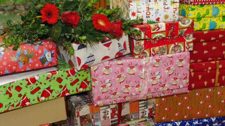 Последна седмица за предаване на подаръци. Помощ при пакетиране.