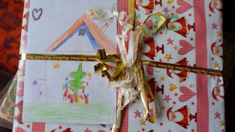 Коледни кутии и дарение – да носят слънце на получателя!