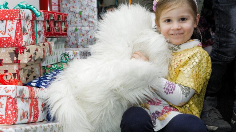 """Коледа в кутия в у-ще Дора Габе – тигър, котка и шише мляко, """"за като се събудят"""" :)"""