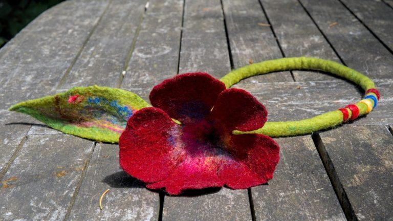 Нежно цвете с подвижни плъстени мъниста