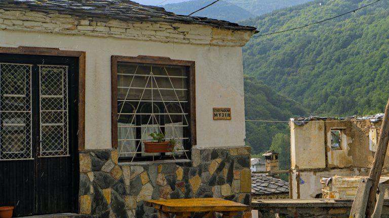 Die Häuser im Bergdorf Kosovo und die Katze